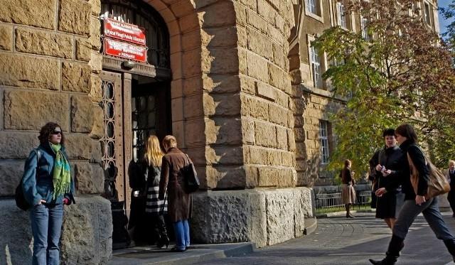 UAM Poznań: Fałszywy profesor skazany na ponad sześć lat więzienia. Mężczyzna molestował studentki