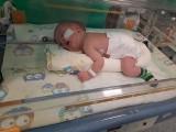 Malutka Lena Czabak urodziła się z rozszczepem kręgosłupa. Ma wodogłowie i padaczkę. Trwa zbiórka pieniędzy