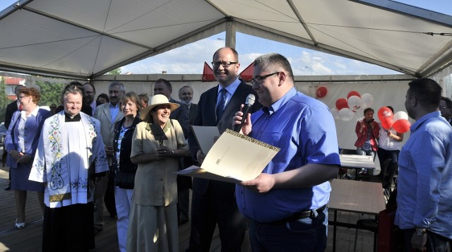 W czerwcu ubiegłego roku wmurowano kamień węgielny pod budowę szkoły w Kokoszkach. Na uroczystości obecny był m.in. Paweł Adamowicz.