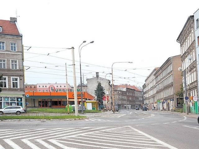 To skrzyżowanie świeci pustkamiTak dziś przedstawia się pusta przestrzeń skrzyżowania ulic Parkowej i Dubois. Po prawej stronie nowo wybudowany budynek TBS-u, a po lewej stara kamienica przy Dubois nr 1.