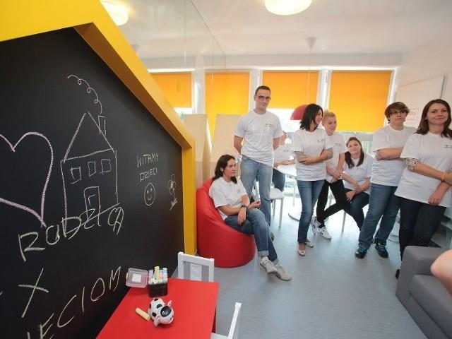 W prace wykończeniowe Strefy Rodzica zaangażowani jako wolontariusze zaangażowani byli pracownicy firmy Budimex, która sfinansowała inwestycję.