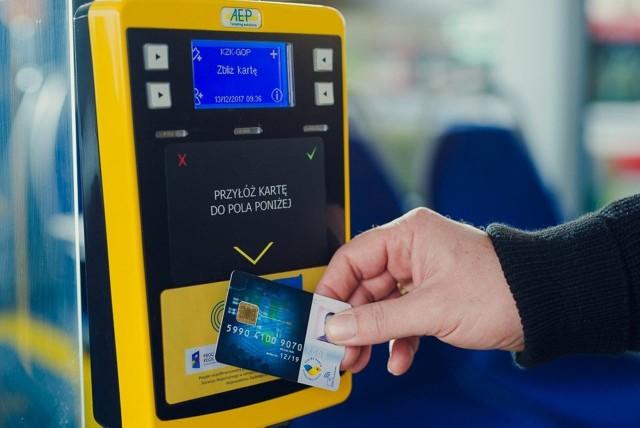 Górnośląsko-Zagłębiowska Metropolia pyta pasażerów, czy chcą płatnej dostawy kart ŚKUP do swoich domów. Można już wziąć udział w specjalnej sondzie.