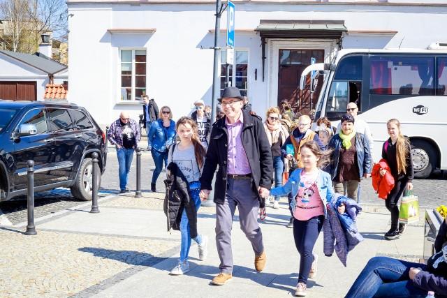 Zromadzone przed kościołem Farnym podlaskie rodziny oczekiwały na przyjazd dzieci z ogromnym podekscytowaniem.