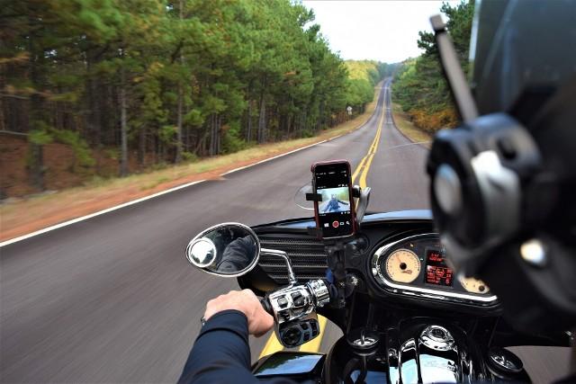Policjanci sprawdzali czy kierujący motocyklami przestrzegają przepisów prawa drogowego
