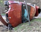 Wypadek koło Żelechowa. Kierowca bmw uciekł, pasażerka trafiła do szpitala