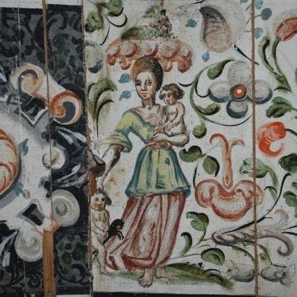 Malowidła przedstawiają motywy roślinne i postaci.