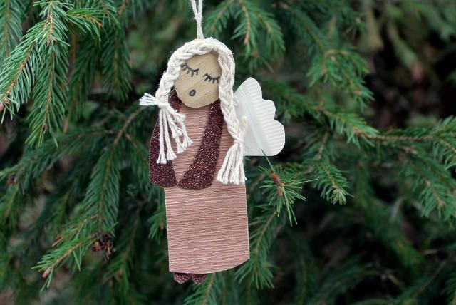 Aniołek bożonarodzeniowy na choinceBożonarodzeniowy aniołek opiekuje się ogniskiem domowym. Strzeże naszego mieszkania.