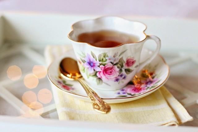 Zielona herbata ma zbawienne właściwości dla funkcjonowania naszego organizmu. Nie tylko wspomaga proces odchudzania, ale i oczyszcza nasz organizm z toksyn. Sprawdź w naszej galerii, jakie korzyści przynosi picie zielonej herbaty.