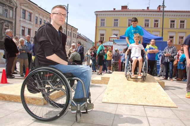 Marcin Starowicz (z lewej) od 16 lat jest przykuty do wózka