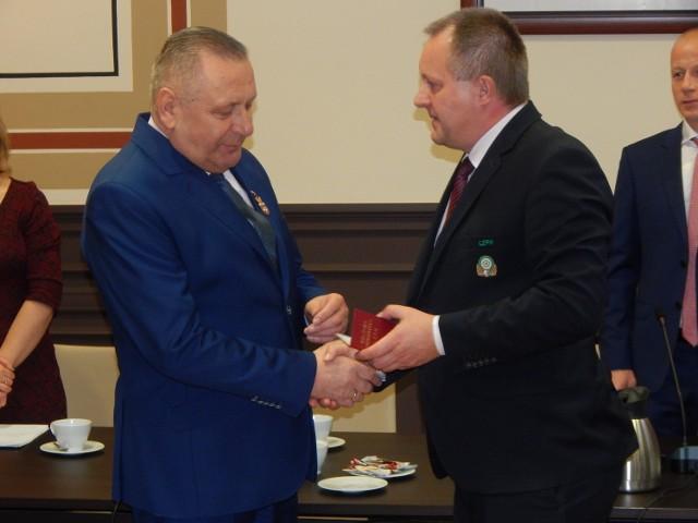 Barnard Spiralski (z lewej) został Honorowym Członkiem Lubuskiego Związku Piłki Nożnej.