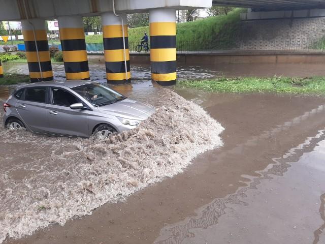 Po burzy z intensywnym deszczem zalana jest między innymi odcinek alei Jana Pawła II w Pionkach.