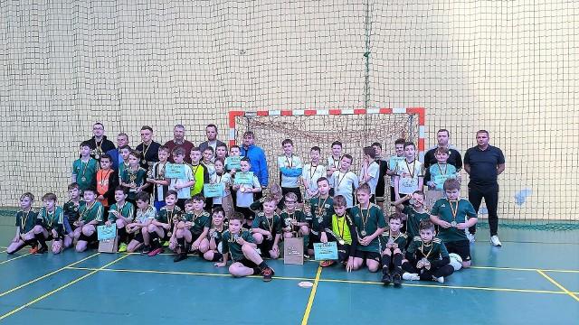 W sobotę w hali w Chrząstowicach rywalizowały młodsze roczniki. Wszyscy zawodnicy cieszyli się grą i otrzymali medale.