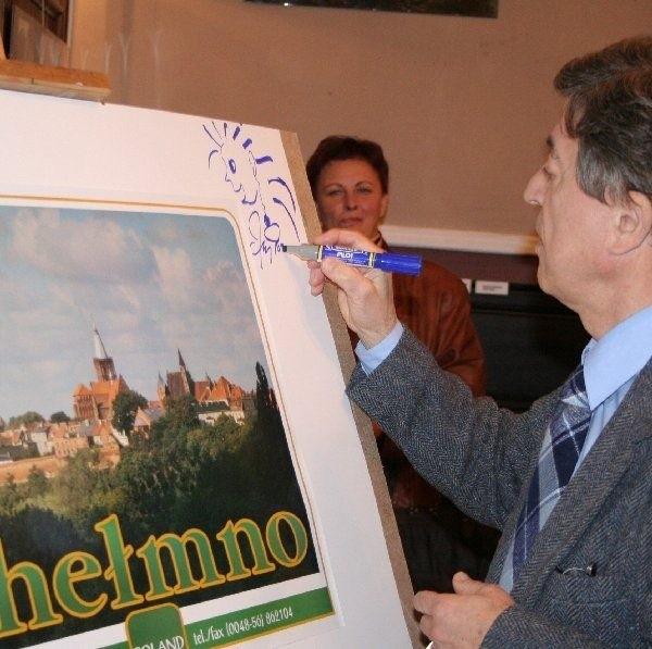 Jako pierwszy uśmiechnięty autograf złożył  goszczący w Chełmnie piosenkarz Jerzy  Połomski