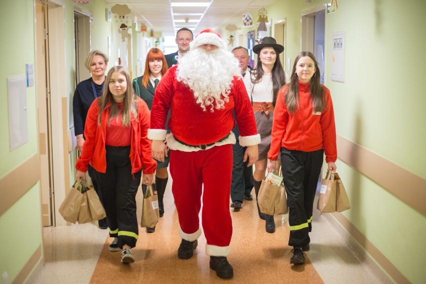 Strażacy i myśliwi ze Słupska odwiedzili dziś, wraz ze Świętym Mikołajem, dzieci w słupskim szpitalu. Wręczono 65 paczek i prezentów.  Zapraszamy do galerii zdjęć i materiału wideo.