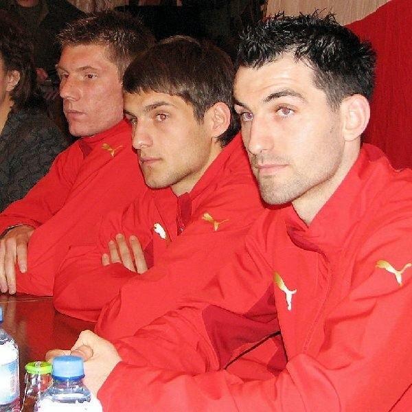 W czerwonych, klubowych barwach  sympatyczni piłkarze słynnego Widzewa (od  lewej): Piotr Stawarczyk, Łukasz Broź i  Sławomir Szeliga