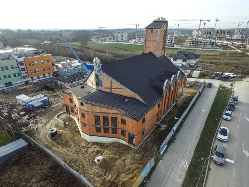 Parafia pod wezwaniem Jana Kantego to jedna z najmłodszych w Lublinie. Na zdjęciu kościół przy ul. Berylowej jeszcze w czasie budowy