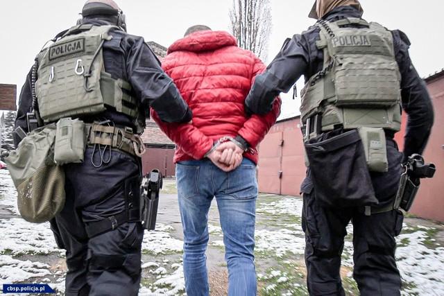 CBŚP zatrzymało 11 pseudokibiców, a 3 doprowadziło na przesłuchania z aresztów śledczych; Zobacz kolejne zdjęcia. Przesuwaj zdjęcia w prawo - naciśnij strzałkę lub przycisk NASTĘPNE >>>