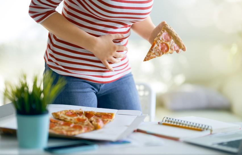 Ból żołądka po jedzeniu może mieć wiele przyczyn. Najczęściej powodem jest niestrawność, ale dolegliwość może być też objawem poważnej choroby.