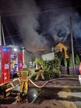 Groźny pożar w Leśnicy. W środę w nocy palił się budynek gospodarczy i dwa domy