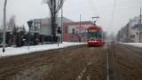 Atak zimy na Śląsku: Na drogach biało i ciągle sypie. IMGW wydało ostrzeżenie