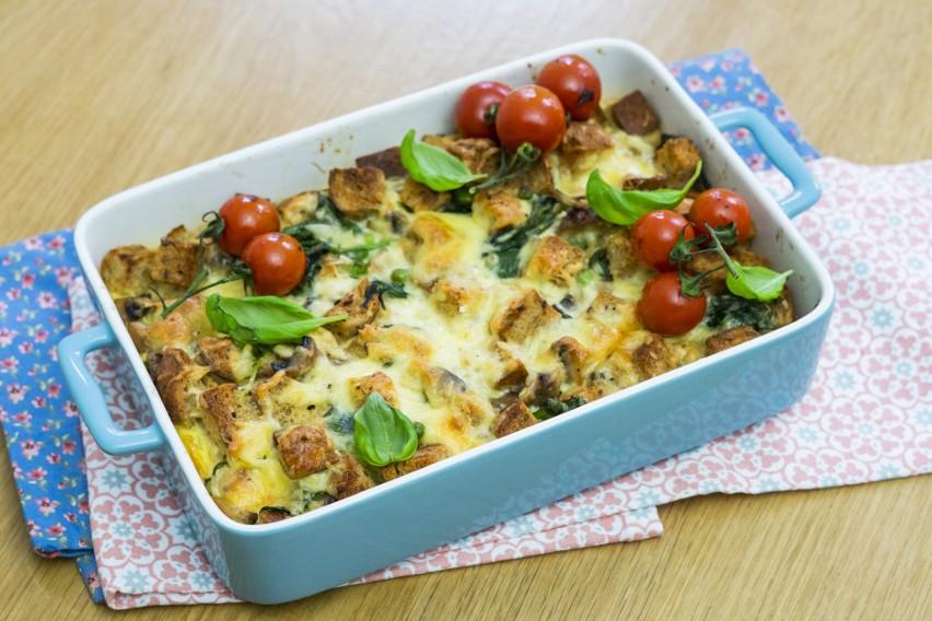Wytrawna zapiekanka jajeczna z chlebem z piekarni Baton i warzywami