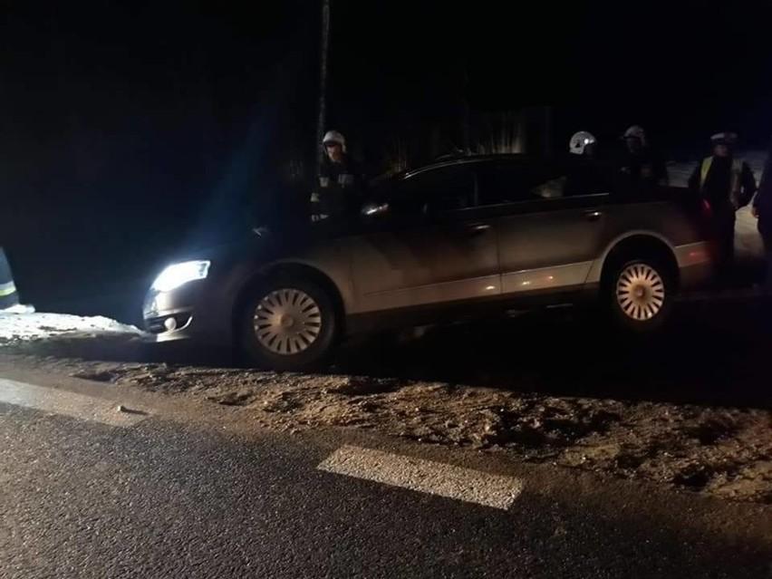 Do zdarzenia drogowego doszło w piątek wieczorem. Strażacy zostali zadysponowani do auta, które wjeżdżając na DK 8, od strony wsi Głęboczyzna, zawisło nad rowem na przedniej osi. Dokładne przyczyny i przebieg zdarzenia ustala policja.Zdjęcia pochodzą z Facebooka: OSP Suchowola