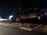 Zdarzenie drogowe na S8 od strony wsi Głęboczyzna. Samochód osobowy zawisł nad rowem [ZDJĘCIA]