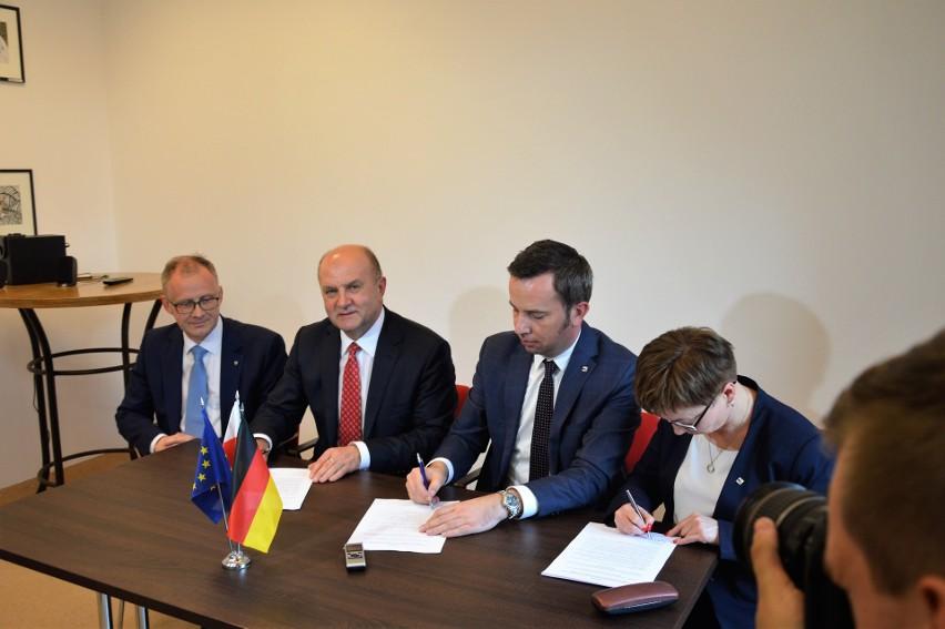 W podpisaniu porozumienia uczestniczyli: Zuzanna-Donath-Kasiura, Rafał Bartek, Andrzej Buła oraz wicemarszałek Roman Kolek.