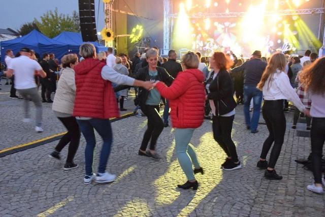 Mieszkańcy szaleli w rytm muzyki.