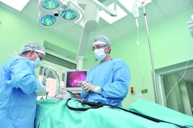 Lekarze z klinik neurochirurgii i otolaryngologii współpracują ze sobą przy wykonywaniu przeznosowych operacji