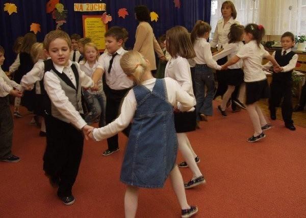 Kolejne recytacje i piosenki były przeplatane  tańcami. Po prawej Anna Redzimska.