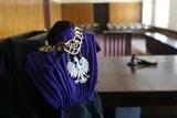 Akt oskarżenia przeciw dwóm mieszkańcom Kutna. Prokuratura zarzuca im, że bili, kopali i grozili śmiercią pokrzywdzonemu