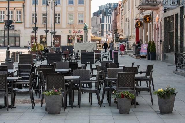 W przyszłym tygodniu pracownicy ZDMiKP przygotują i rozstawią parasole ogródków letnich na płycie Starego Rynku. Dzięki temu restauratorzy będą mogli przyjąć pierwszych gości  już w dniu zniesienia obostrzeń.