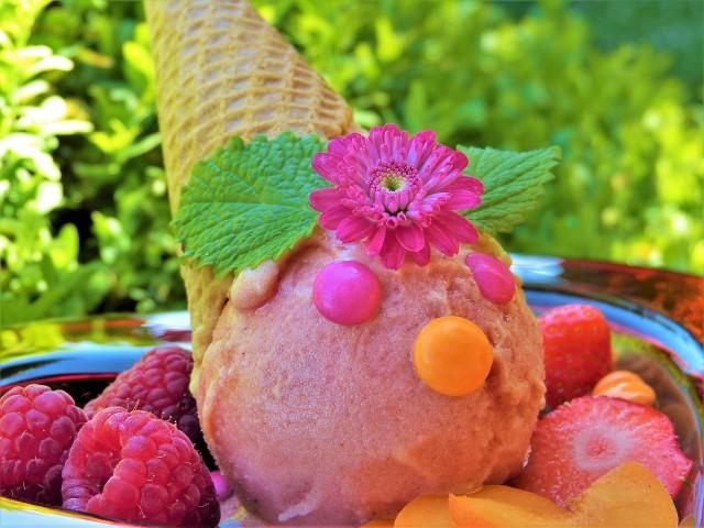 Poznaj przepisy na:- Lody jagodowo-bananowe- Lody o smaku mango - truskawka - banan- Malinowy sorbet z awokado- Lodowe kulki jaglano - migdałowo - kokosowe- Mrożony sok z jabłka, buraka, pomarańczy i szpinaku- Sorbet arbuzowo-melonowy- Mrożony sok z jabłka, marchewki i pomarańczy- Lody o smaku mango z kokosemSkładniki i sposób wykonania w kolejnych slajdach --->
