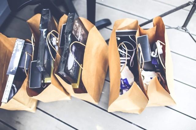 Na sklepowych półkach królują już jesienne ubrania i buty, ale cały czas można jeszcze upolować ubrania z poprzednich kolekcji. To już finał letnich wyprzedaży, dlatego obniżki często sięgają nawet 75 procent. Wybór wciąż jest spory, choć te popularne rozmiary wyprzedają się zawsze w pierwszej kolejności.Na kolejnych slajdach przegląd promocji, które można jeszcze upolować w trakcie zakupów on-line. Sprawdź>>>>