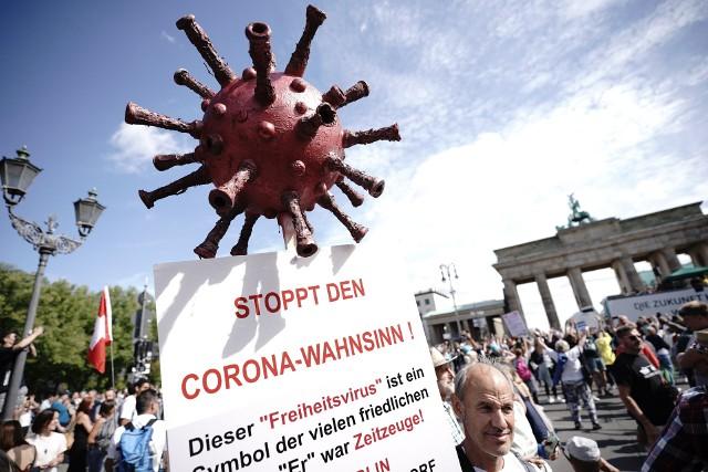 """Demonstracja anty-Covid w Berlinie. Napis na transparencie głosi: """"Zatrzymać korona-szaleństwo"""""""