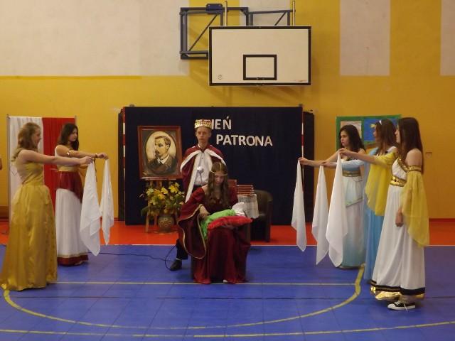 W szkole w Rogolinie uczniowie i rodzice przygotowali inscenizacje dzieł Henryka Sienkiewicza.