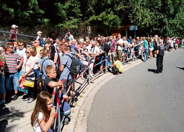 Codziennie przy dolnej stacji kolejki na Kasprowy Wierch ustawia się długa kolejka do kasy.