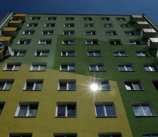 Budynek z wielkiej płyty Mieszkania w tzw. wielkiej płycie wciąż mają swoich zwolenników. Kusi ich głównie niska cena.