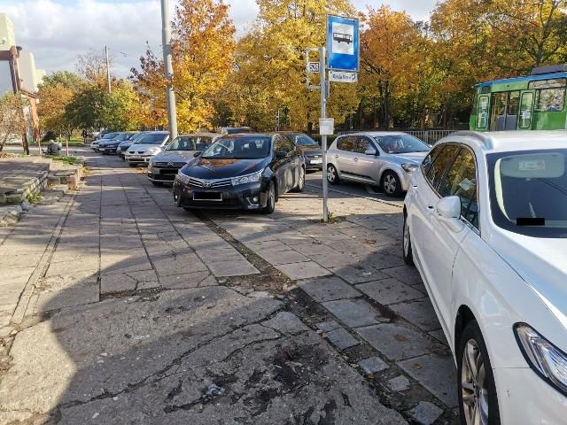 Ul. Ku Słońcu, auta parkują na przystankach autobusowych - zdjęcia przesłał nam Internauta na facebook.com/gs24plCzekamy również na Wasze e-maile na alarm@gs24.pl!