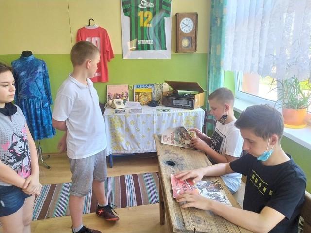 Uczniowie uczestniczą w lekcjach historii w Izbie Regionalnej w szkole podstawowej w Stromcu.