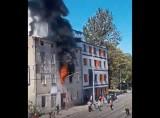 Pożar na ulicy Łagiewnickiej w Łodzi. Z płonącego mieszkania wyskoczył mężczyzna. Jego upadek zamortyzowali przechodnie! FILM