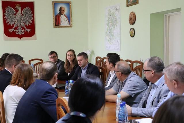 Uczestnicy spotkania dotyczącego naboru wniosków w ramach Rządowego Funduszu Polski Ład.