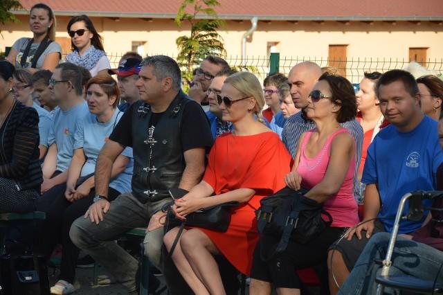 Maria Łaskarzewska ( w środku) na jednej z imprez  warsztatów Terapii Zajęciowej  na lubskim zalewie Karaś.