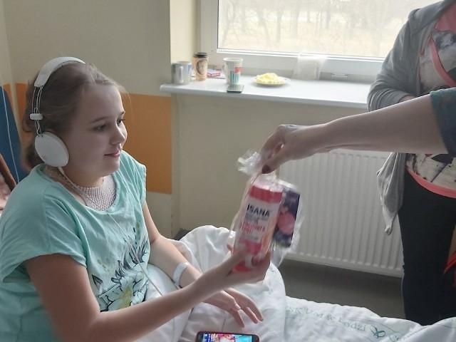 """Fundacja """"Krwinka"""" świętowała Dzień Kobiet już w piątek obdarowując najmłodsze panie, pacjentki szpitala przy ul. Spornej w Łodzi"""