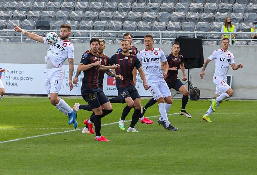 Jean Carlos Silva przyjmuje piłkę, za moment odda strzał z woleja i zdobędzie pierwszą bramkę dla Wisły w meczu z Pogonią Szczecin