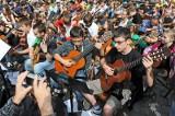 Poznań: Gitarowy happening na Starym Rynku z przerwą na... koziołki [ZOBACZ ZDJĘCIA]
