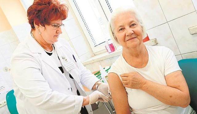 Trwa dyskusja nad wprowadzeniem możliwości szczepienia seniorów przeciwko grypie w aptekach