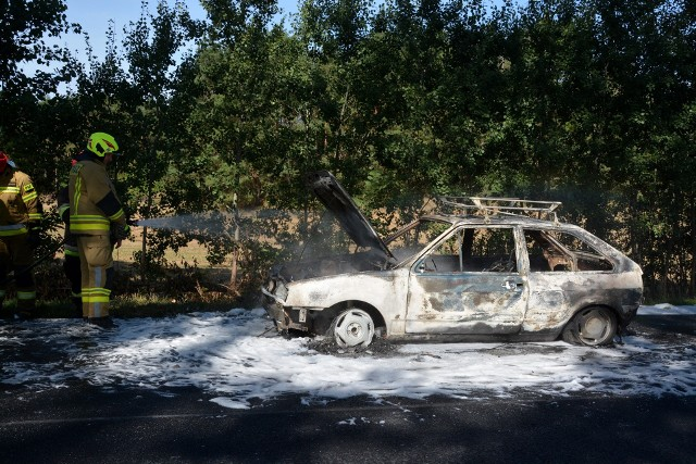 Pożar samochodu w Dalkowie. Auto doszczętnie spłonęło