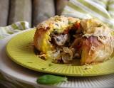 Pomysł na śniadanie lub ciepłą kolację - zapiekane bułki z jajkiem i dodatkami [PRZEPIS]